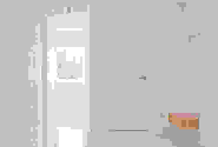 Pasillos, vestíbulos y escaleras de estilo minimalista de seukhoonkim Minimalista