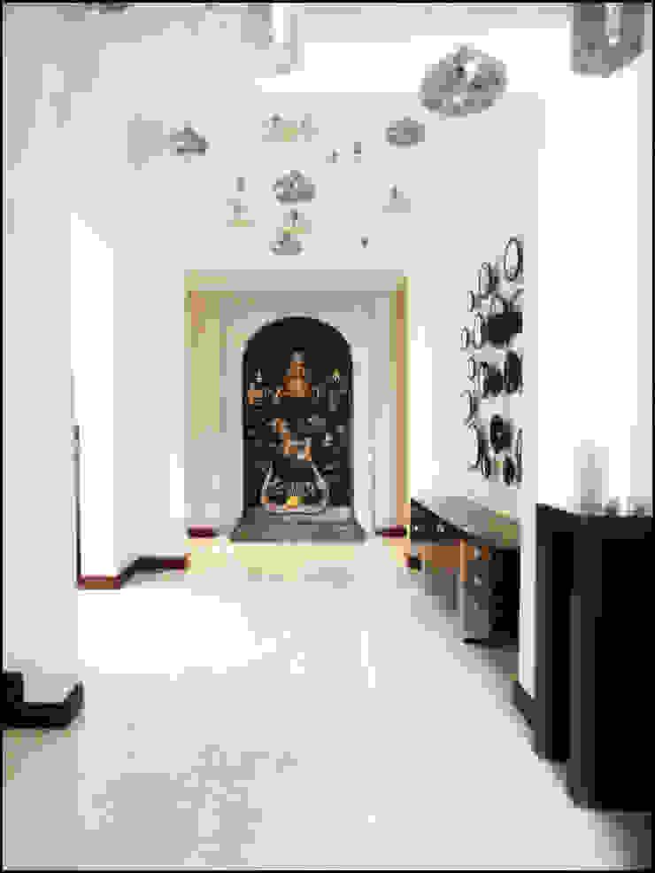 AAMRAPALI BHOGLE Ingresso, Corridoio & Scale in stile classico Legno Bianco
