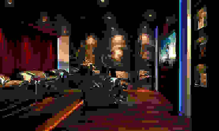 AAMRAPALI BHOGLE Sala multimediale in stile classico Rosso