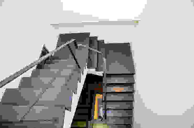 直譯空間設計有限公司 Pasillos, vestíbulos y escaleras de estilo moderno Negro