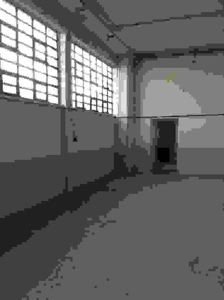 Zona ufficio prima :  in stile industriale di Lascia la Scia S.n.c., Industrial