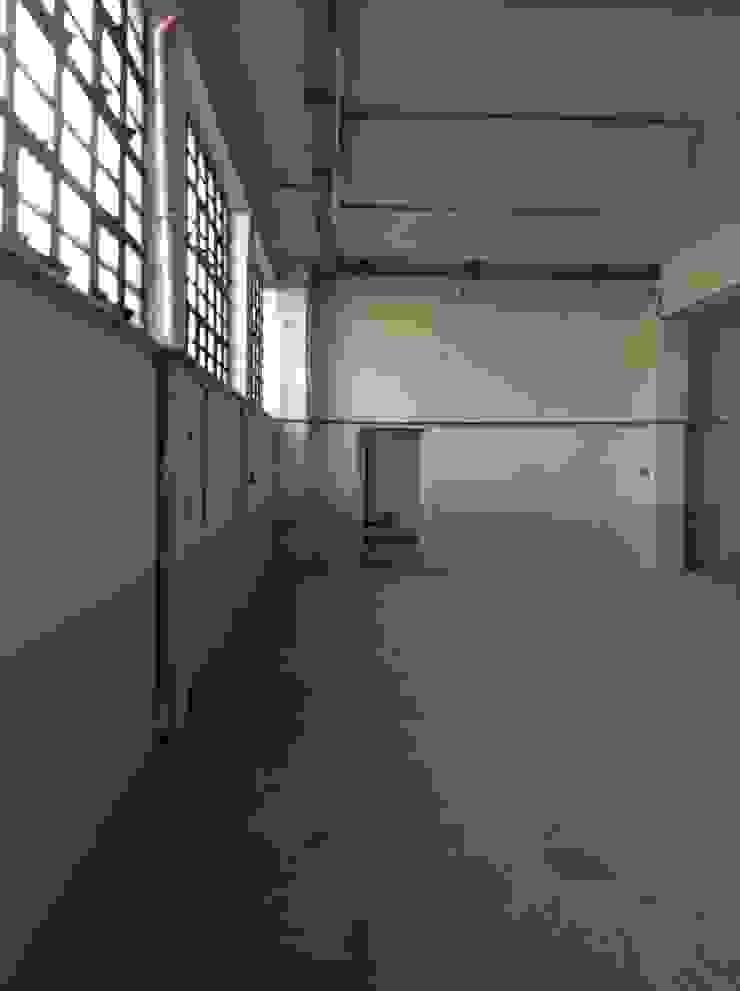 Zona ufficio prima:  in stile industriale di Lascia la Scia S.n.c., Industrial