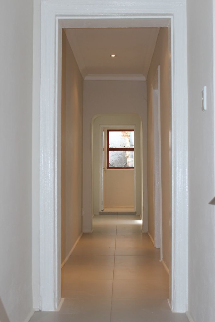 Classic style corridor, hallway and stairs by Covet Design Classic