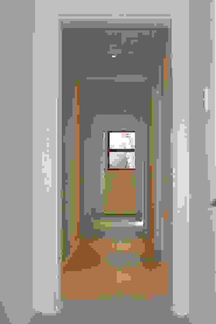 Pasillos, vestíbulos y escaleras clásicas de Covet Design Clásico