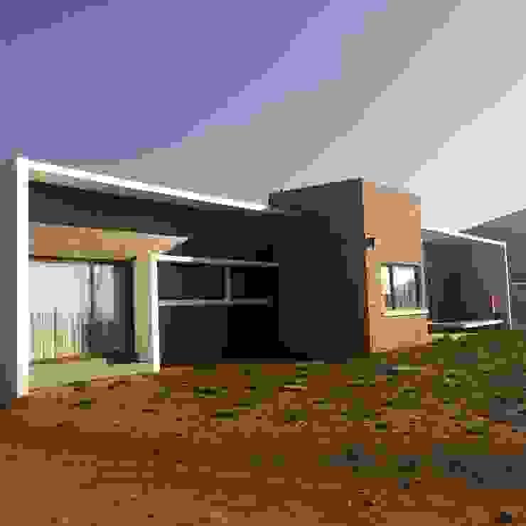 vista casa entregada Casas de estilo mediterráneo de homify Mediterráneo