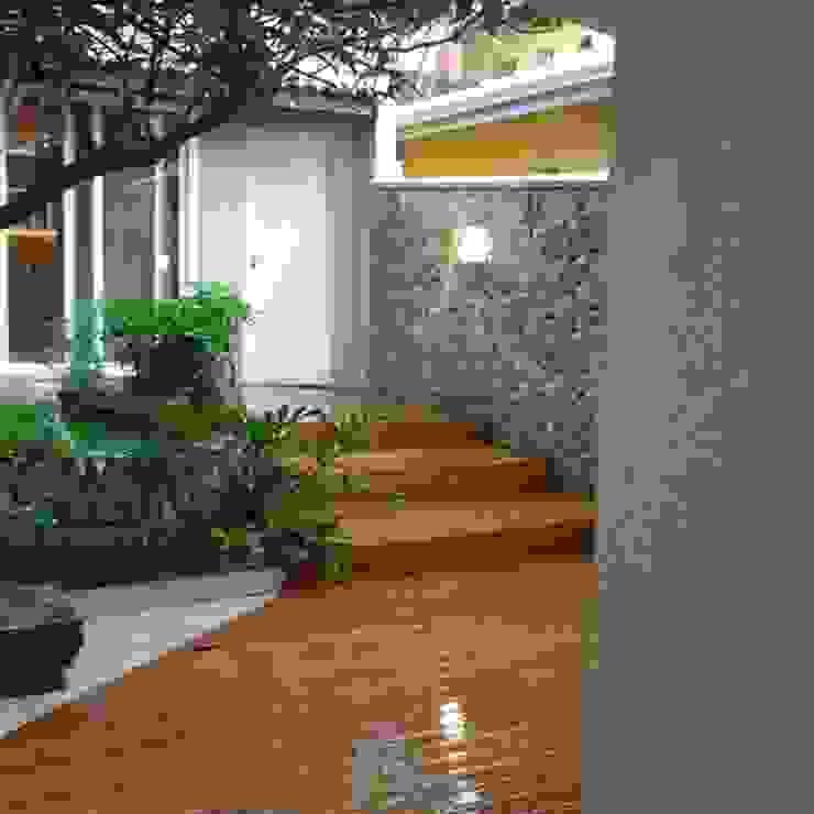 Jardines modernos de MONICA SPADA DURANTE ARQUITETURA Moderno