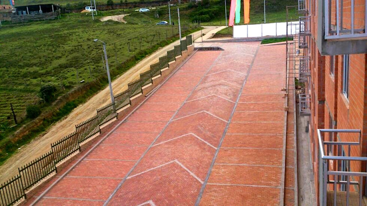 Zona de Paequeaderos Garajes de estilo clásico de FARIAS SAS ARQUITECTOS Clásico Ladrillos