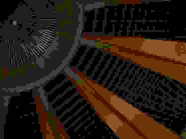 Paredes y pisos modernos de BRAVIM ARQUITETURA Moderno Madera maciza Multicolor