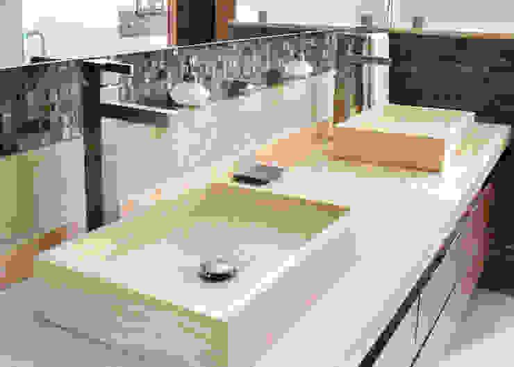 Baños de estilo moderno de GHT EcoArquitectos Moderno Mármol
