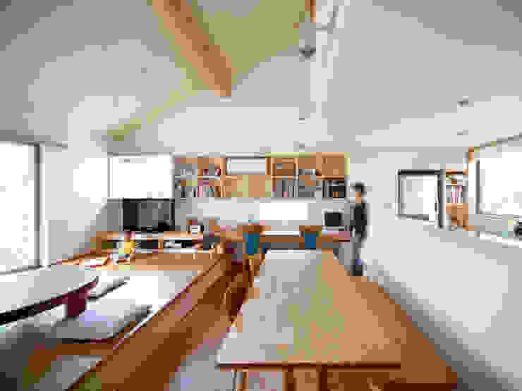 Salones de estilo asiático de 樋口章建築アトリエ Asiático Madera Acabado en madera