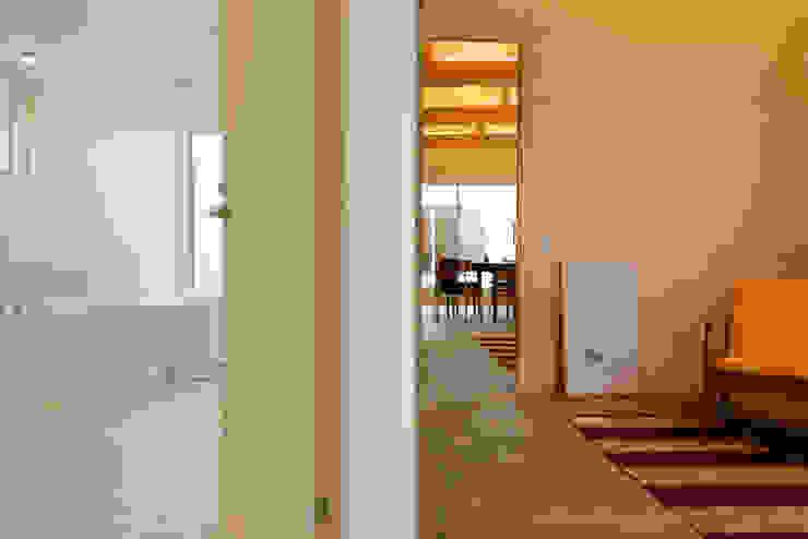 風景のある家.LLC Livings modernos: Ideas, imágenes y decoración