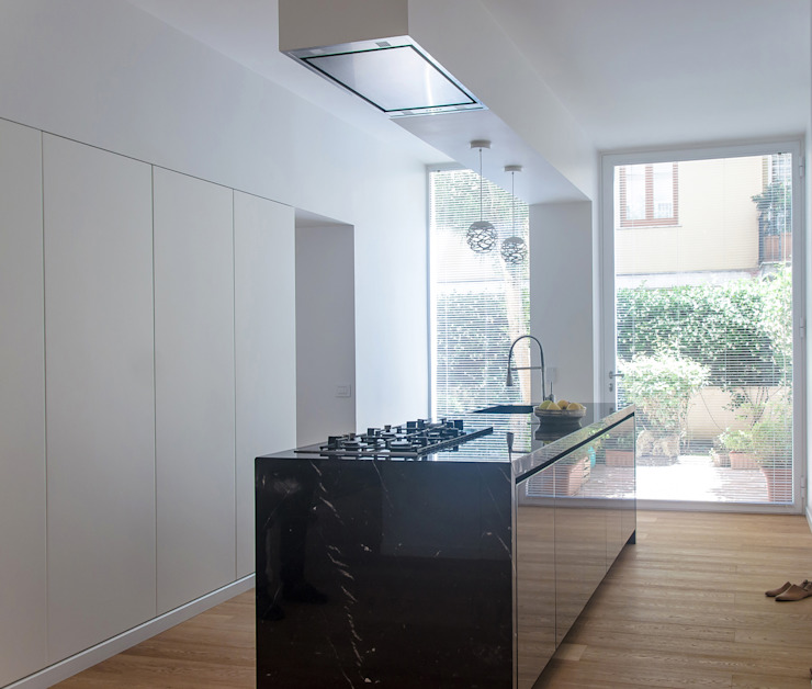 Minimalist kitchen by DELISABATINI architetti Minimalist Marble