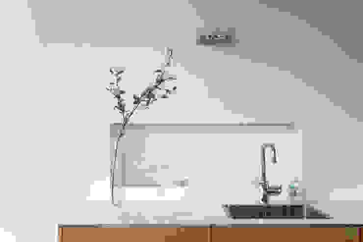 Restyling complete woning Moderne keukens van VAN SCHIE ARCHITECTEN Modern