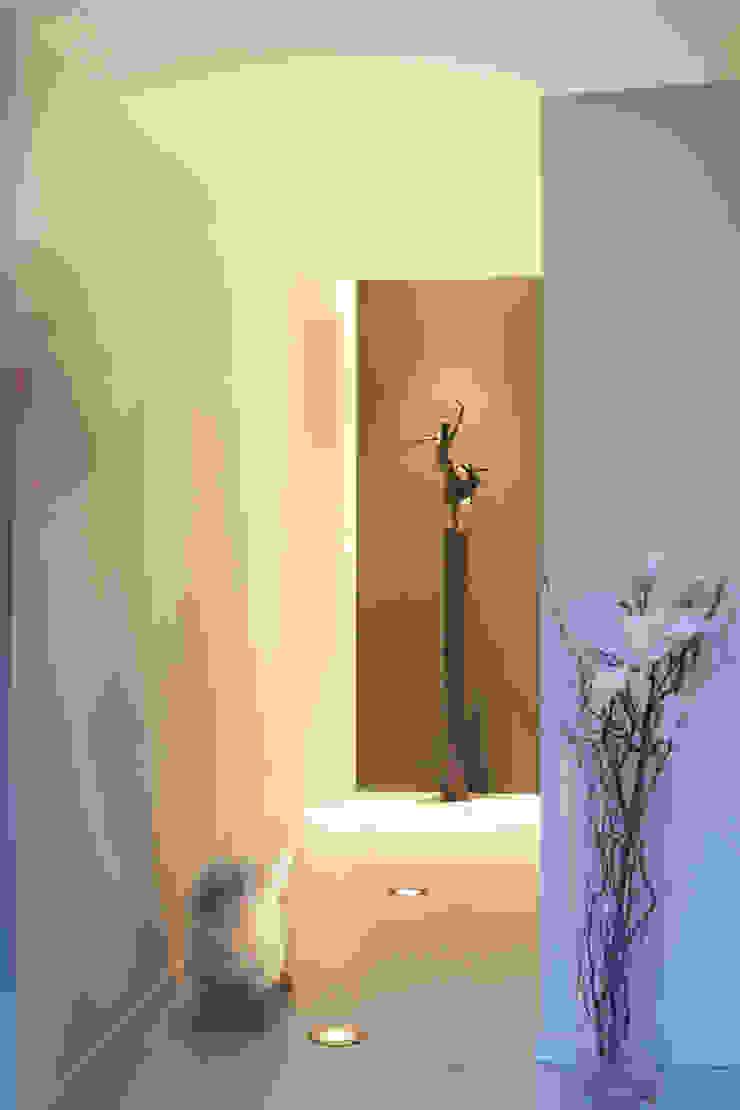 Restyling complete woning Moderne gangen, hallen & trappenhuizen van VAN SCHIE ARCHITECTEN Modern