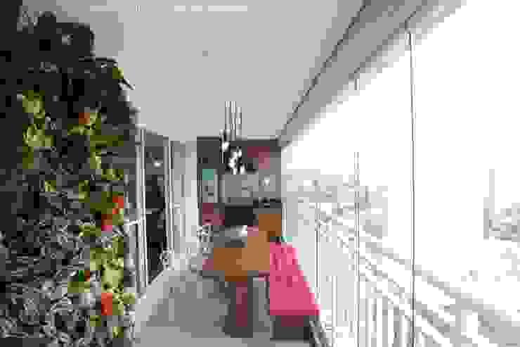 Balkon, Beranda & Teras Modern Oleh Angelica Hoffmann Arquitetura e Interiores Modern