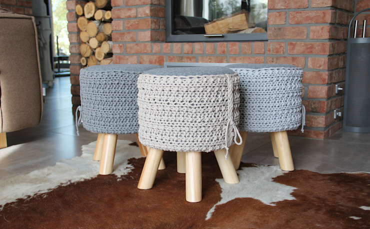 Stołki z siedziskiem ze sznurka i filcu Rustykalny salon od Manufaktura pracownia artystyczna Rustykalny
