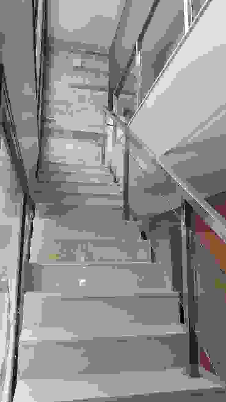 Arquitecto Oscar Alvarez Modern corridor, hallway & stairs