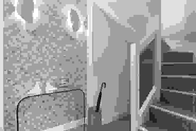 Pied à terre parisien entièrement re-décoré Catherine Plumet Interiors Couloir, entrée, escaliers modernes