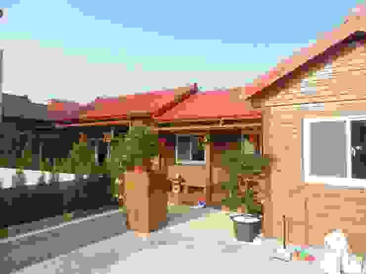 Maisons rustiques par 山田小草木作場 Rustique Bois massif Multicolore