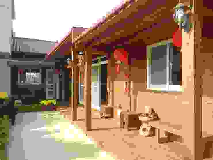 木屋走廊 鄉村風格的走廊,走廊和樓梯 根據 山田小草木作場 田園風 實木 Multicolored