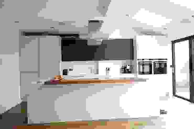 Kitchen Morley Grove Kitchens КухняШафи і полиці Сірий