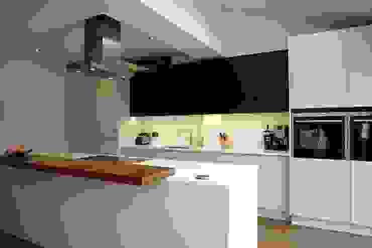 Kitchen Morley Grove Kitchens КухняШафи і полиці