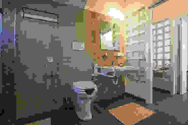 BAABdesign Mediterranean style bathrooms Tiles Beige