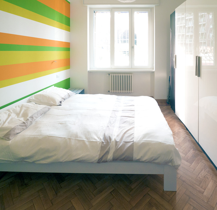 Eclectic style bedroom by Luigi Brenna Architetto Eclectic Solid Wood Multicolored