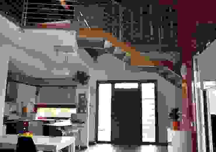 Vista della zona giorno verso l'ingresso Soggiorno moderno di Studio d'Architettura TAUNISIO Moderno Laterizio