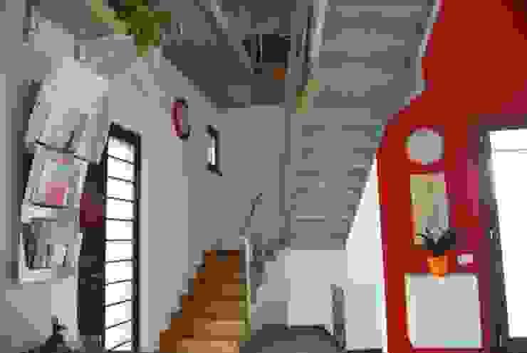 L'ingresso e la scala interna Ingresso, Corridoio & Scale in stile moderno di Studio d'Architettura TAUNISIO Moderno Ferro / Acciaio