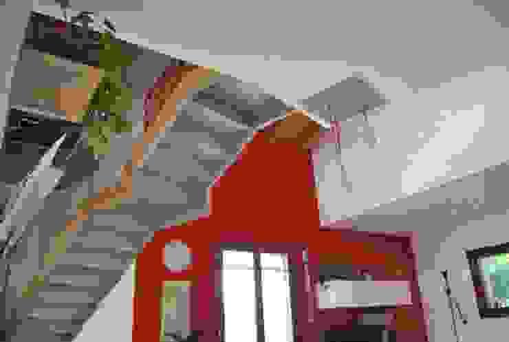 Scorcio interno con lascala a vista Soggiorno eclettico di Studio d'Architettura TAUNISIO Eclettico