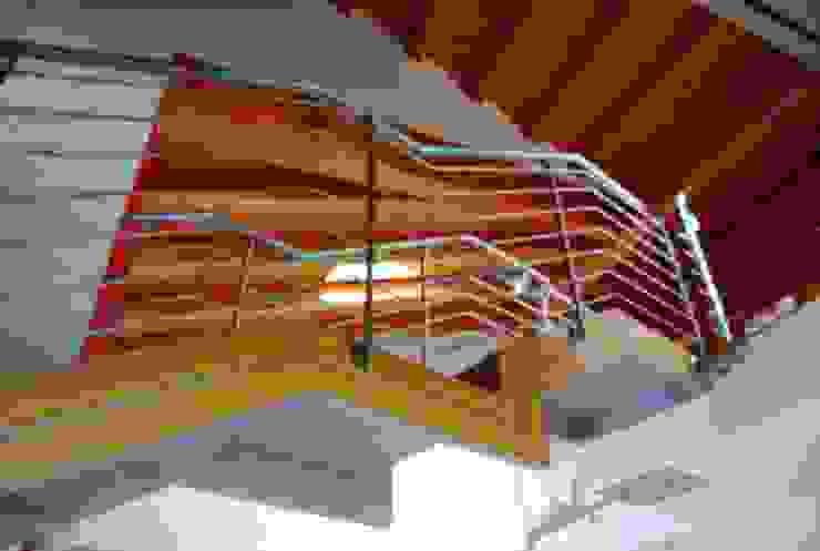 La rampa di sbarco al soppalco interno [particolare] Ingresso, Corridoio & Scale in stile eclettico di Studio d'Architettura TAUNISIO Eclettico Ferro / Acciaio