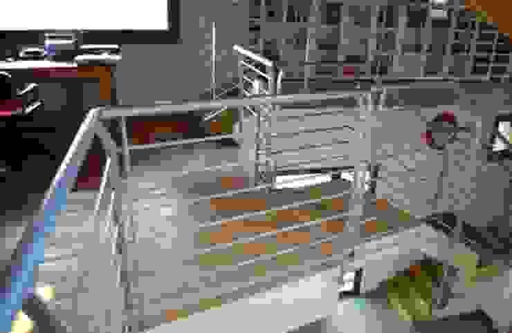 Vista dal soppalco verso il il piano terra Sala multimediale moderna di Studio d'Architettura TAUNISIO Moderno Legno Effetto legno