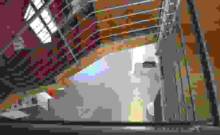 Vista dal soppalco verso il il piano terra Sala da pranzo moderna di Studio d'Architettura TAUNISIO Moderno Piastrelle