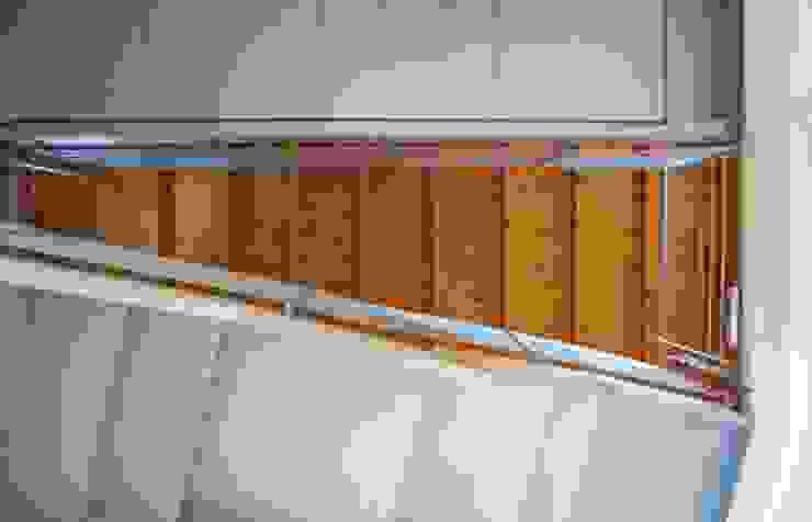 Particolare della rampa e del ballatoio visti dal basso Ingresso, Corridoio & Scale in stile moderno di Studio d'Architettura TAUNISIO Moderno Vetro