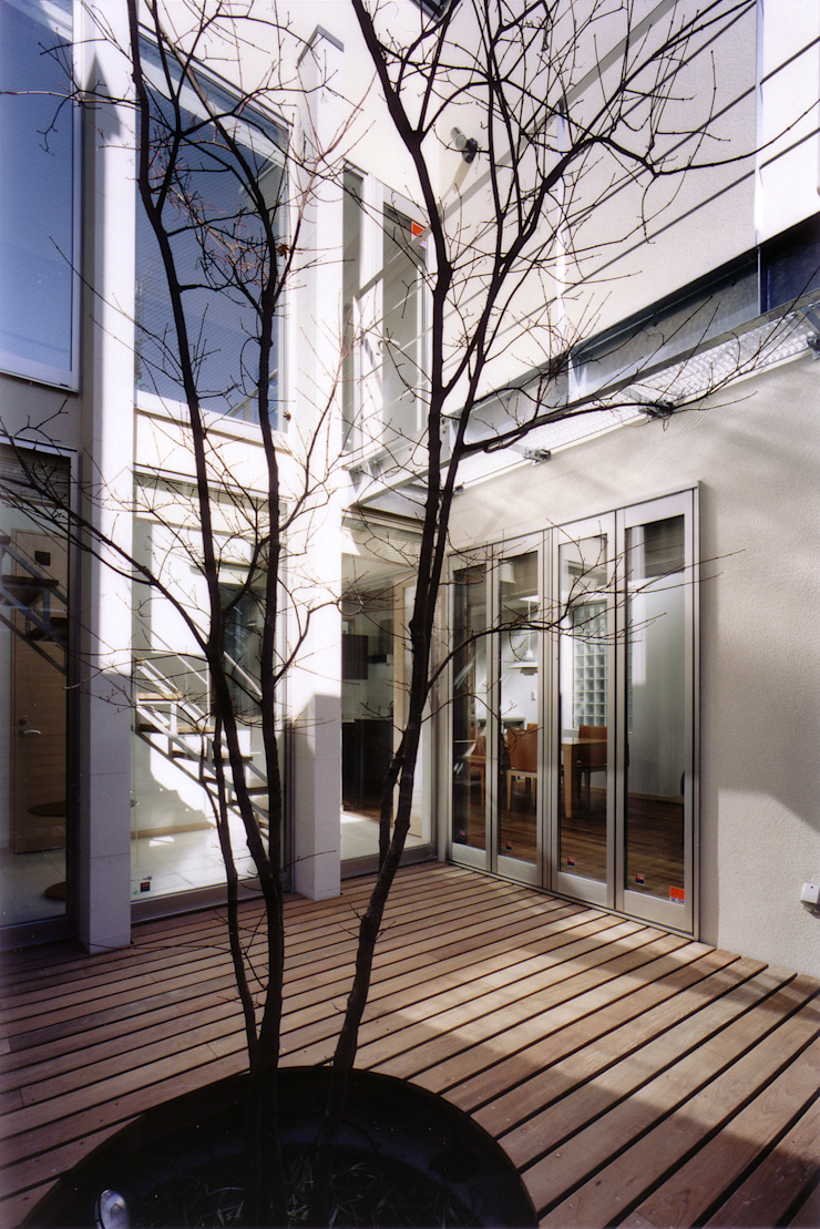 パティオからリビング・階段を見る 北欧風 庭 の 豊田空間デザイン室 一級建築士事務所 北欧