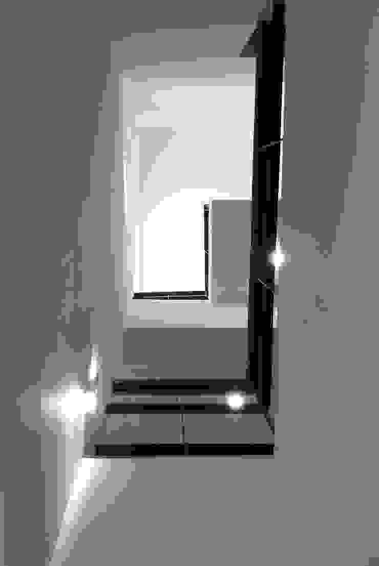 내부 보이드 모던스타일 복도, 현관 & 계단 by 디자인랩 소소 건축사사무소 모던