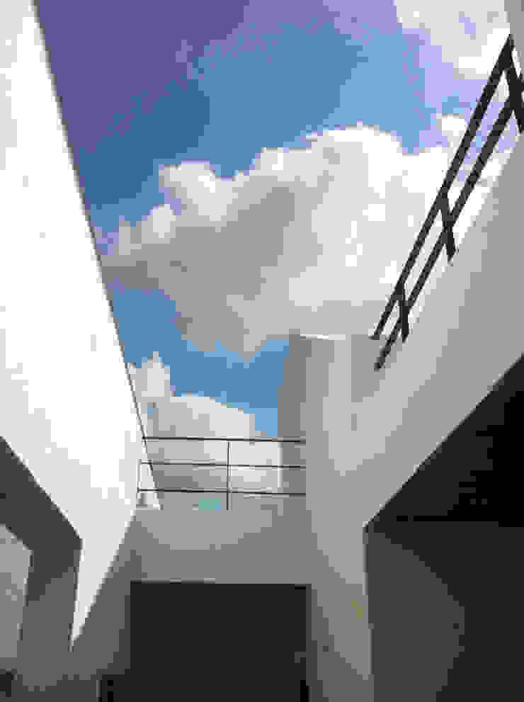 2층 외부데크 모던스타일 발코니, 베란다 & 테라스 by 디자인랩 소소 건축사사무소 모던