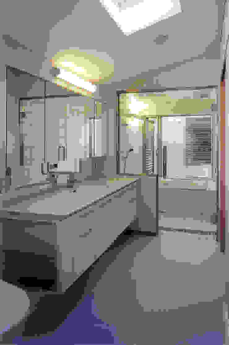 ⑭ パウダールームよりバスルームを見る 北欧スタイルの お風呂・バスルーム の 豊田空間デザイン室 一級建築士事務所 北欧