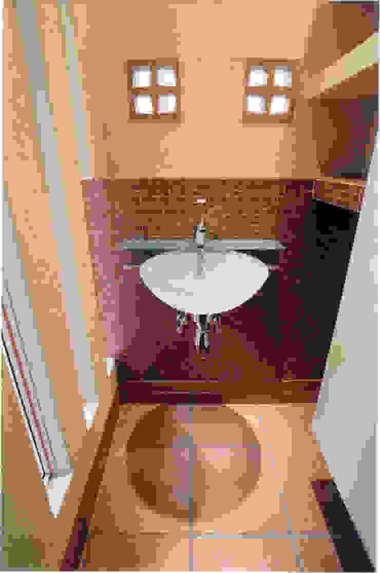 Ванная комната в эклектичном стиле от 豊田空間デザイン室 一級建築士事務所 Эклектичный