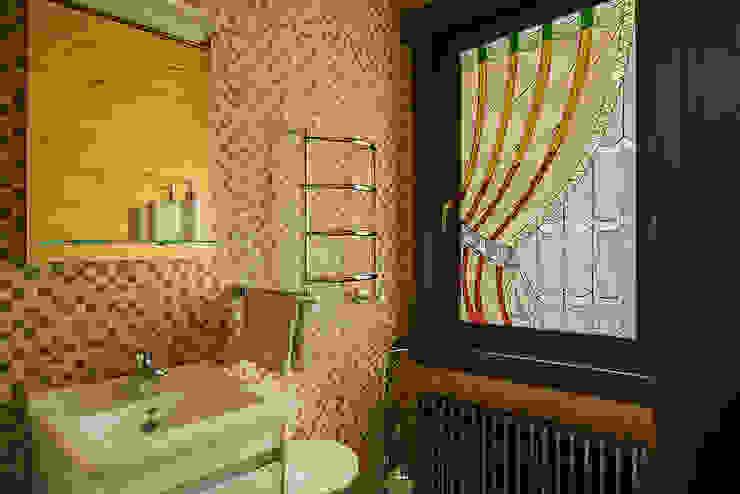 Дом и баня в поселке Гавриково, МО.: Ванные комнаты в . Автор – ItalProject,