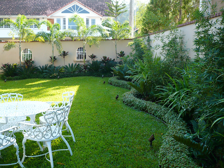 PRIVATE RESIDENCE - PANAMA CITY Tropical style garden by TARTE LANDSCAPES Tropical
