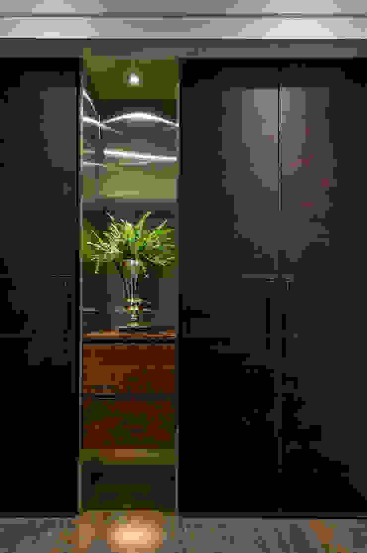 餘音繚繞 現代風玄關、走廊與階梯 根據 沐朋設計 現代風