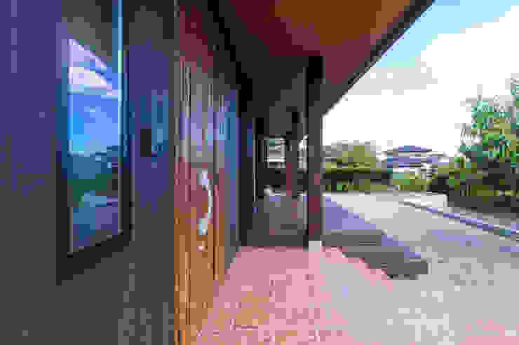 現代風玄關、走廊與階梯 根據 ㈱姫松建築設計事務所 現代風 木頭 Wood effect