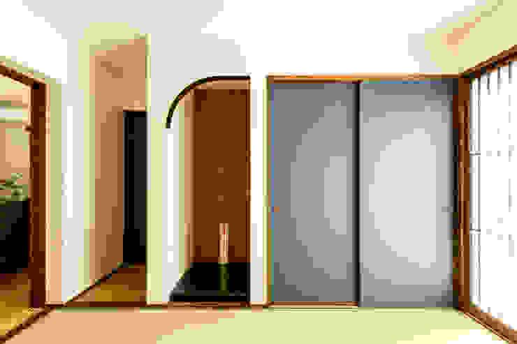 綾の住宅 モダンスタイルの寝室 の ㈱姫松建築設計事務所 モダン 木 木目調