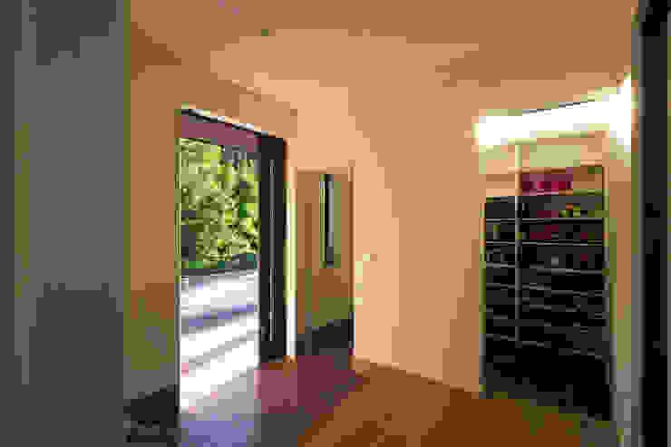 綾の住宅 モダンスタイルの 玄関&廊下&階段 の ㈱姫松建築設計事務所 モダン タイル
