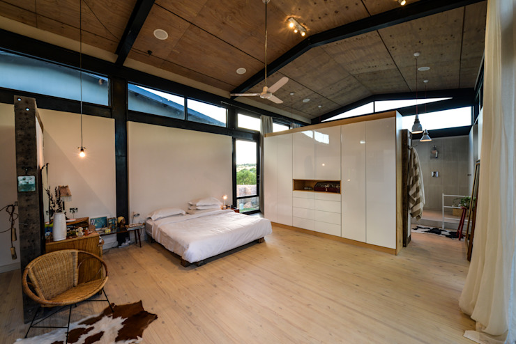 TREE HOUSE Industrial style bedroom by Studious Architects Industrial