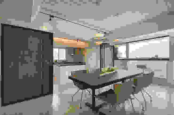 Phòng ăn phong cách hiện đại bởi 拾雅客空間設計 Hiện đại