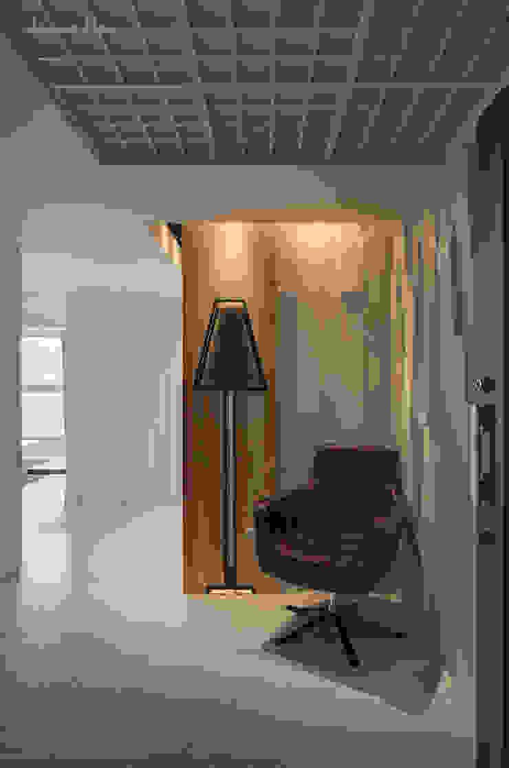 藏蘊-黑白琴鍵 現代風玄關、走廊與階梯 根據 拾雅客空間設計 現代風