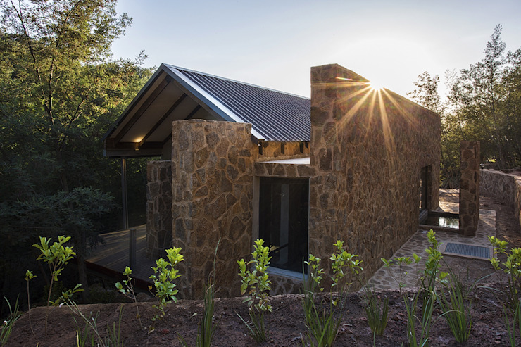 AKABEKO LODGE Country style house by Studious Architects Country